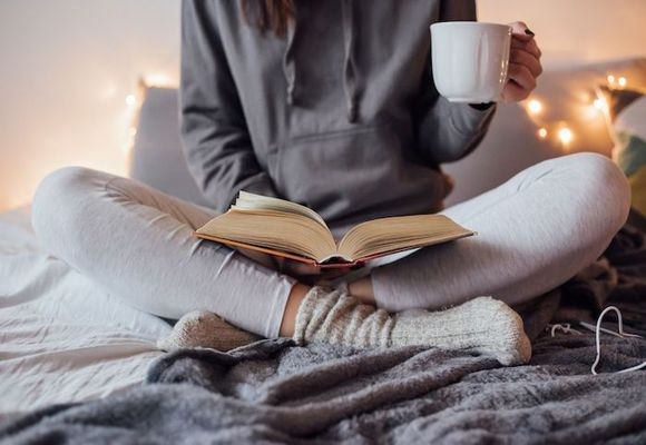 девушка читает книгу