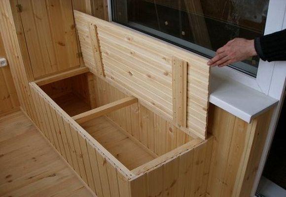 деревянное хранилище на балконе