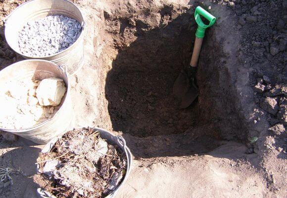 яма для посадки яблони